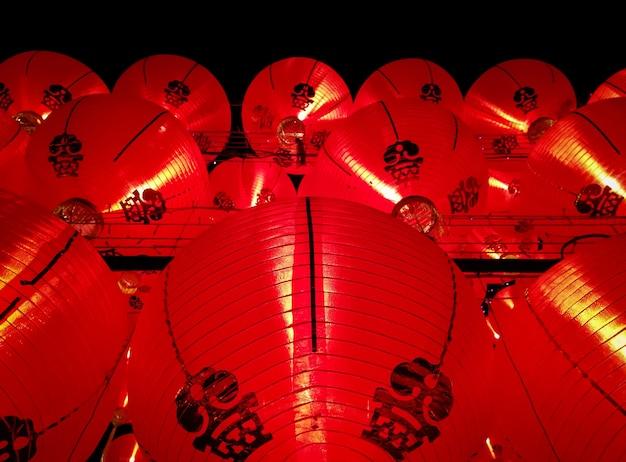 Украшенные красными китайскими фонарями