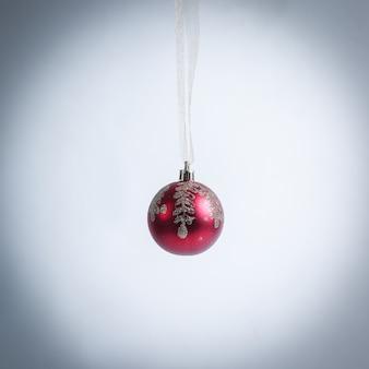 Красный елочный шар, изолированные на белом фоне