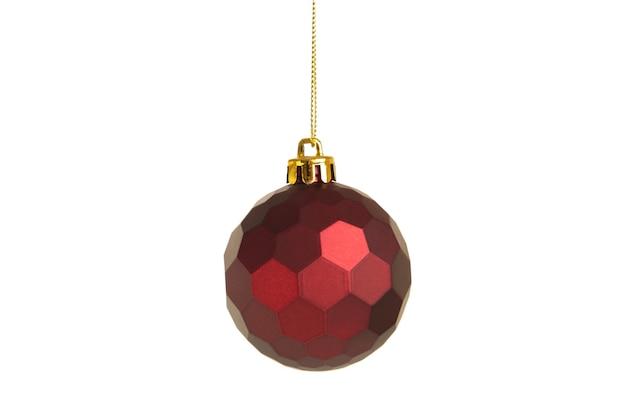 白い背景で隔離の赤いクリスマスボール。