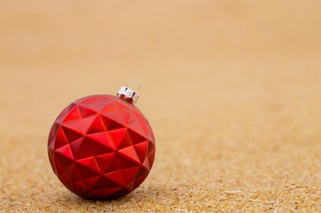 바다의 모래 사장에 빨간 크리스마스 공