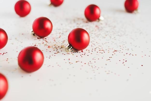 赤いクリスマスボールと白にカラフルな星型のキラキラ