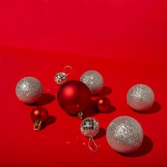 빨간색 크리스마스 볼과 빨간색 테이블에 디스코 볼