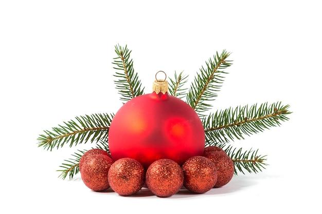 화이트에 레드 크리스마스 볼과 전나무 지점