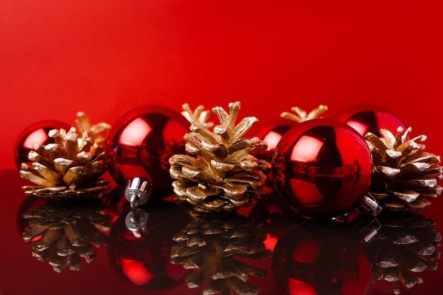 레드 크리스마스 공 및 레드에 대 한 황금 페인트 콘