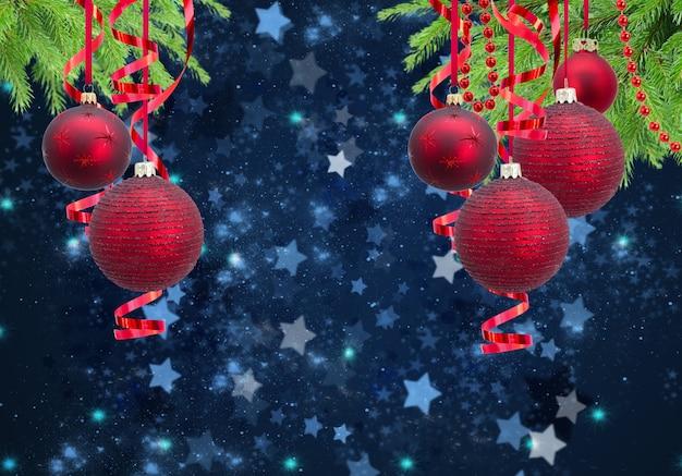 Красные елочные шары гирлянды и вечнозеленая ель на синем зимнем фоне