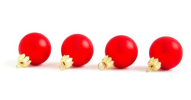 빨간색 크리스마스 볼은 흰색 절연