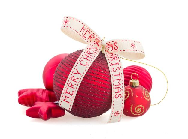 分離された赤いクリスマスボール
