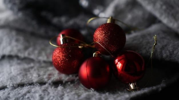 灰色の背景に赤いクリスマスボール、コピースペース、セレクティブフォーカス
