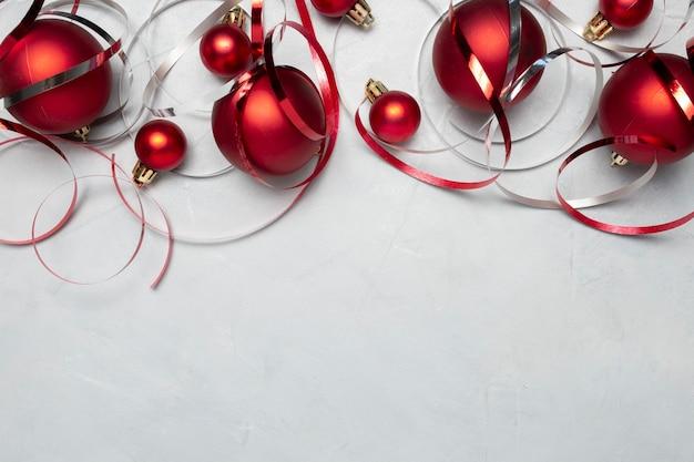 회색 테이블에 빨간색 크리스마스 볼