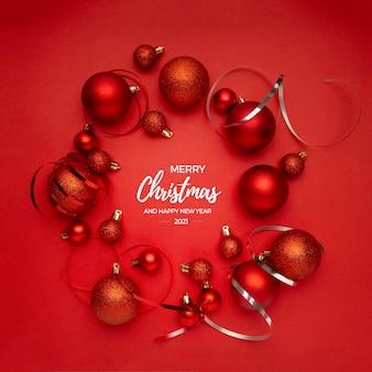 赤いテーブルの挨拶の赤いクリスマスボール