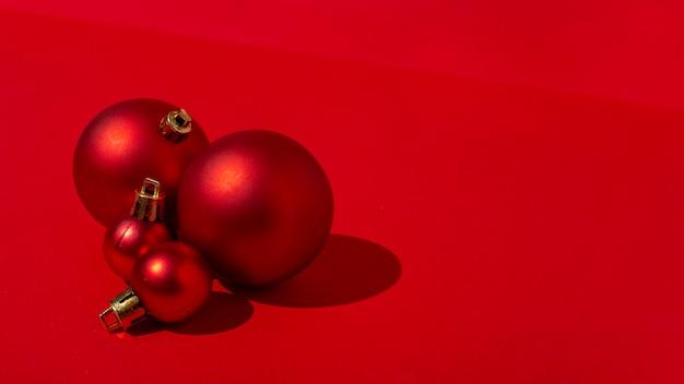 빨간색 테이블에 빨간색 크리스마스 볼