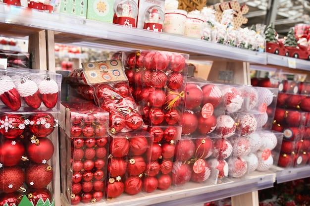 상점 선반에 빨간 크리스마스 공입니다. 고품질 사진