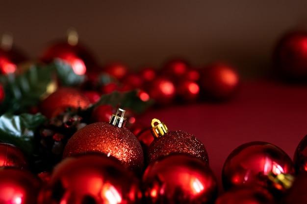 Красное украшение безделушек рождества на красной предпосылке с космосом экземпляра. новогодняя открытка. минимальный стиль. квартира лежала.