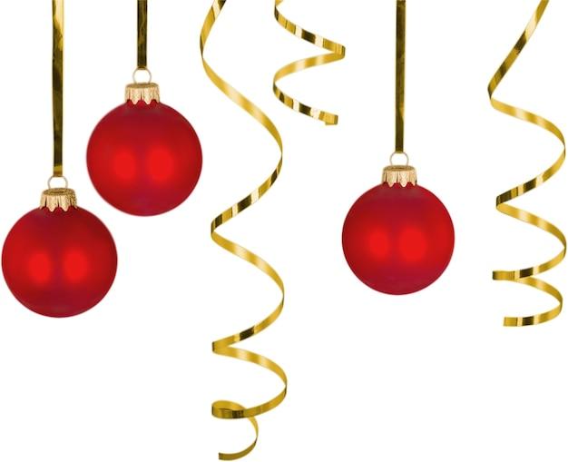 ひもにぶら下がっているリボンと赤いクリスマスつまらないもの-孤立した