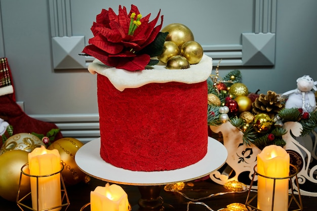 Красный новогодний торт из медовых коржей, чернослива и орехов