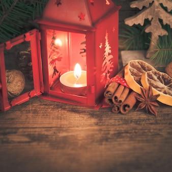 赤いクリスマスの燭台と休日の味