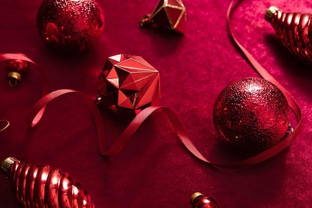Красные рождественские украшения безделушка и лента на бархате из красной фетровой ткани вид сверху стола backgorund