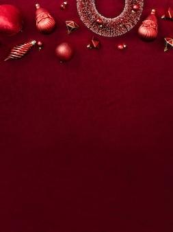 Красные рождественские украшения безделушка и лента на бархатной красной фетровой ткани