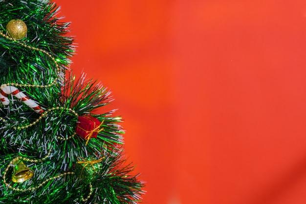 종 선물 상자, 빨강 및 황금 화환, 크리스마스 공 및 꽃의 빨간 크리스마스 장식