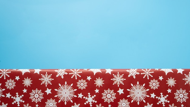 Красный вид сверху подарочной коробки рождества изолированный на синем фоне. copyspace.