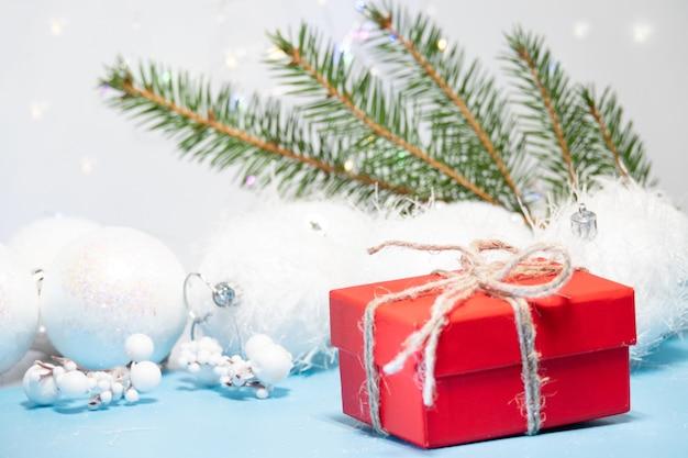 青と白の装飾が施された赤いクリスマスギフトボックス