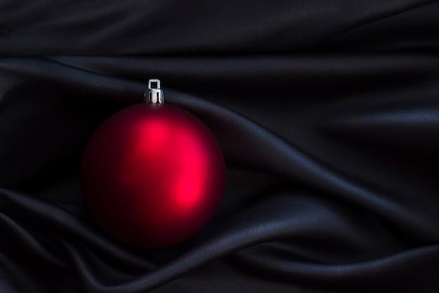검은 실크 직물에 빨간 크리스마스 장식