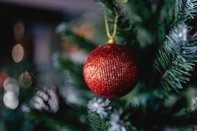 モミの枝に赤いクリスマスのおもちゃのボール