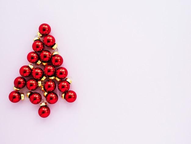 Красные новогодние игрушки в виде елки