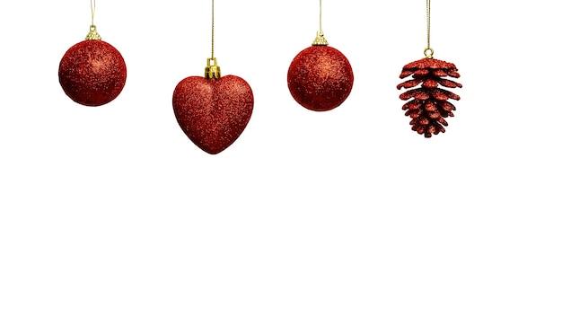 Красные елочные украшения, висящие в ряд с копией пространства внизу