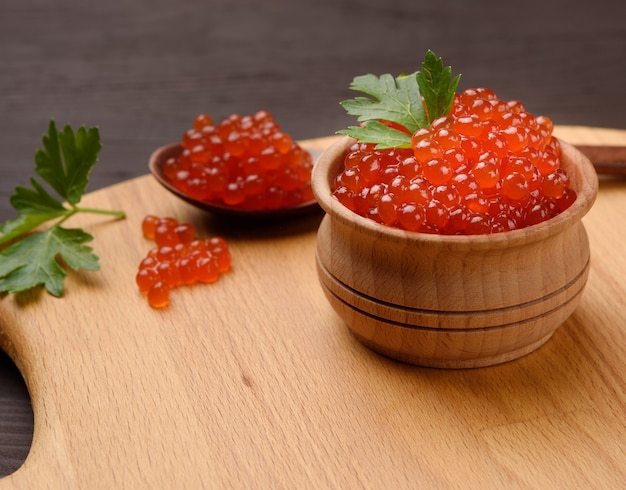 木製のボウルに赤いサケのキャビア、おいしくて健康的な食べ物、クローズアップ