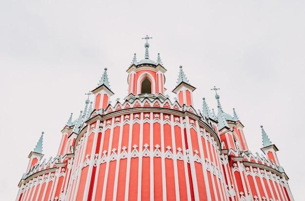 ゴシック様式の白い帯のある赤い教会。