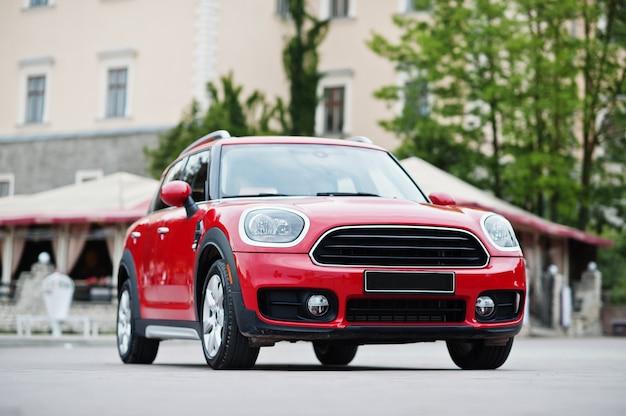 赤い都市の車。都市のための小型車。
