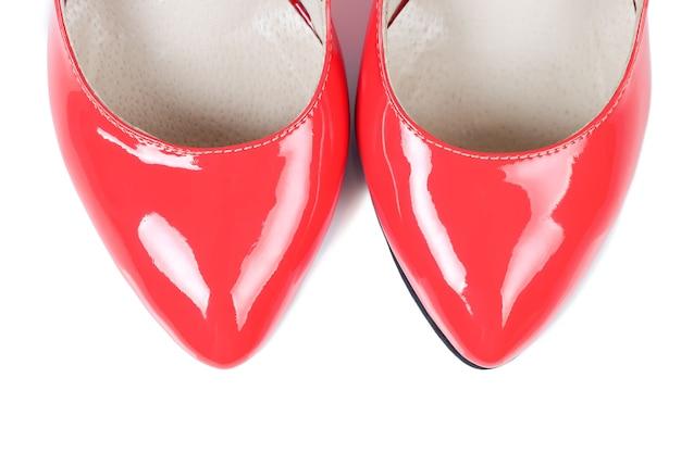 Красные классические туфли, изолированные на белом фоне, вид сверху