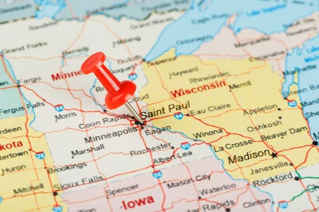 미국, 미네소타 및 수도 세인트 폴의지도에 빨간색 사무 바늘. 빨간 압정으로 미네소타의지도를 닫습니다