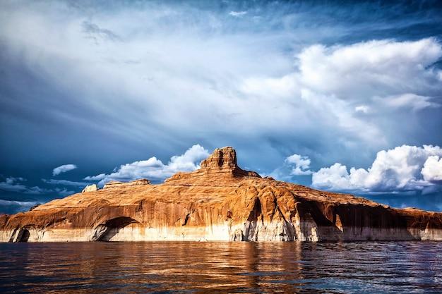 アメリカ、パウエル湖の水に映る赤い崖
