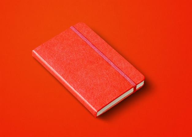 Красный закрытый макет ноутбука, изолированные на цветном фоне