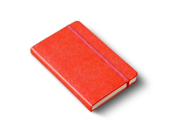 白で隔離の赤い閉じたノートブックのモックアップ