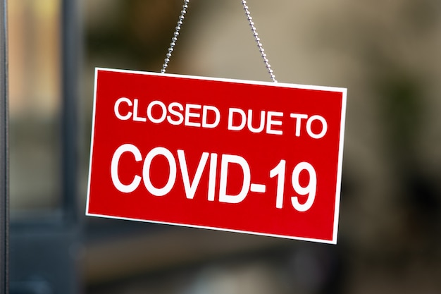 상점 창에 covid-19로 인한 빨간색 닫힌 표시