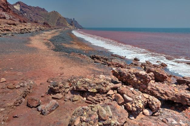 이란 hormoz,이란 섬에 붉은 해안.