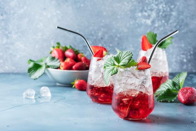 氷と新鮮なイチゴの赤いカクテル