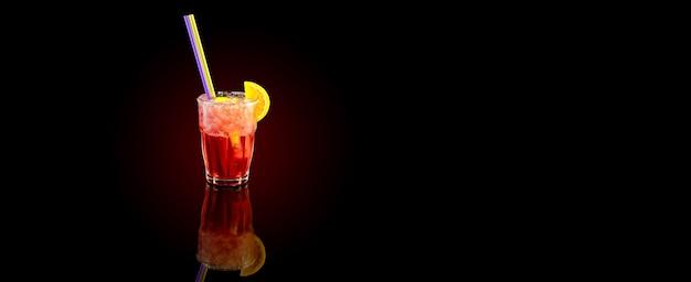 Красный коктейль с долькой апельсина, летний холодный напиток над черным