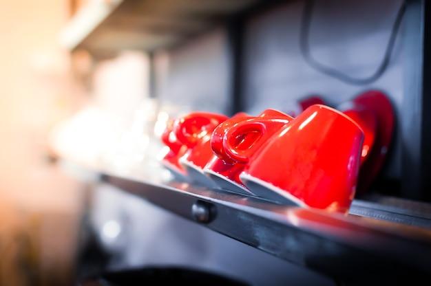 カフェインテリアの赤いコーヒーカップ。