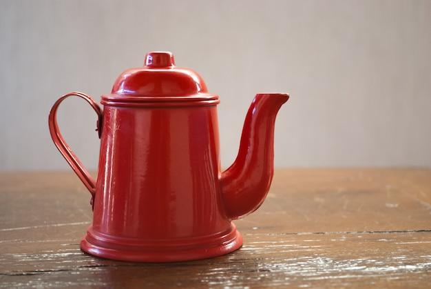 테이블에 빨간 커피 포트