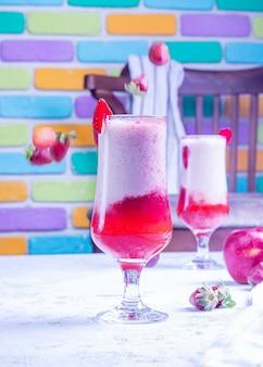 Красный холодный сок с красочным фоном