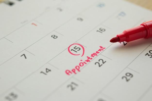 Маркер красного цвета, указывающий на расписание важных встреч на белом