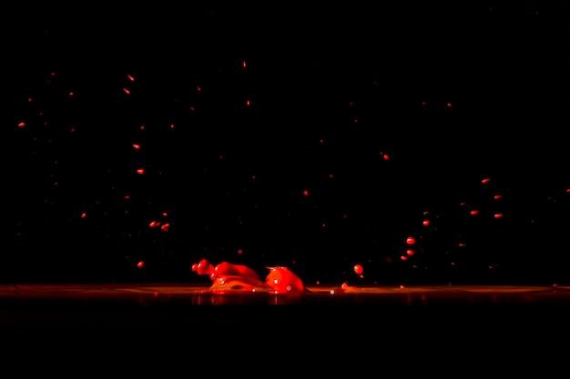 Красные цветные капли на черном