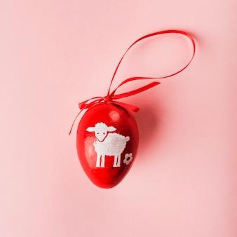 ペイント羊と赤い色の卵