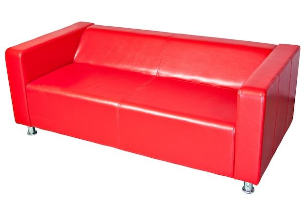 赤い色の革張りのオフィスソファ、白で隔離、クリッピングパスが保存されました。