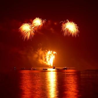 검은 하늘에 붉은 화려한 휴가 불꽃 놀이