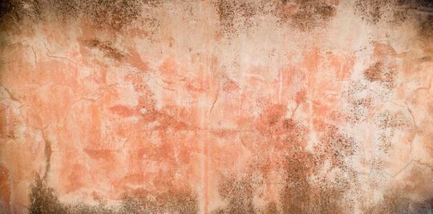 赤いコンクリートの壁が抽象的な背景を割る